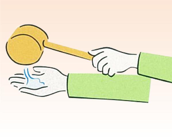 柄杓を左手に持ち換えて、次に右手を濯ぎます。